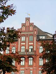 Historisches Wohn- und Geschäftshaus an der Kuhmühle in Hambug Hohenfelde.  (2002)