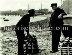 Fischer am Strand - historische Fotografie von Helgoland.