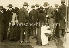 Verkauf von Möwenfutter an den Landungsbrücken von Hamburg St. Pauli.