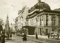 Historische Ansicht vom Deutschen Schauspielhaus in der Kirchenallee von Hamburg St. Georg; Obststände / Verkaufskarren mit Obst am Straßenrand - Straßenbahnen, im Hintergrund die Dreieinigkeitskirche.