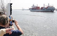 einlaufparade-containerschiff-foto-machen