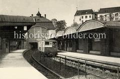 Haltestelle und U-Bahnzug am Berliner Tor.