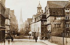 Historische Ansicht der Hamburger Spitalerstraße  in der Altstadt. Im Bildzentrum die Petrikirche - re. das Hiobsspital mit dem Dachturm. (ca. 1885)
