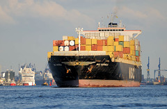 - - bildarchiv-hamburg.com - - Das Containerschiff MSC Rafaela auf der Elbe - der 1996 gebaute Frachter hat ein Länge von 244m und eine Tragfähigkeit von 51210 t. / 3300 Standartcontainer TEU.
