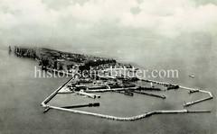 Luftbild vom Kriegshafen Helgolands - Blick über die Insel ca. 1930.