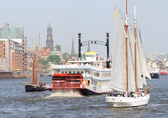 Raddampfer während einer Hafenrundfahrt zwischen Segelschiffen auf dem Hamburger Hafengeburtstag.