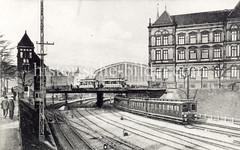 Historische Aufnahme von den Bahngleisen beim Hauptbahnhof - ein Zug fährt nach Ohlsdorf; re. das Museum für Kunst + Gewerbe.
