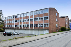 Fotos aus dem Hamburger Stadtteil Groß Borstel, Bezirk Hamburg Nord; Bürogebäude mit Garagen - Baustil der 1960er Jahre im Haldenstieg.