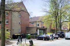 Fotos aus dem Hamburger Stadtteil Groß Borstel, Bezirk Hamburg Nord. Wohnblocks mit Geschäften im Brödermannsweg - Architektur der 1960er Jahre.