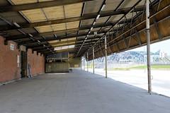 Bilder aus dem Kleinen Grasbrook, Stadtteil in Hamburg -  Übersee Zentrum; überdachte Laderampe.