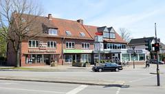 Fotos aus dem Hamburger Stadtteil Niendorf, Bezirk Eimsbüttel; Wohnhäuser / Geschäftshäuser am Niendorfer Marktplatz / Garstedter Weg.