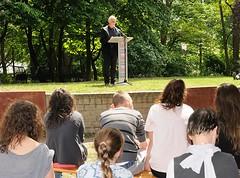 Publikum aus Schülerinnen und Schülern bei der Lesung am Gedenkplatz der Bücherverbrennung.