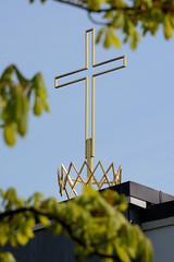 Fotos aus dem Hamburger Stadtteil Niendorf, Bezirk Eimsbüttel; Krone mit Kreuz - katholische Kirche im Niendorfer Kirchenweg.