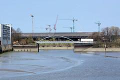 Bilder aus dem Kleinen Grasbrook, Stadtteil in Hamburg -  Saalehafen; Blick zur Sachsenbrücke - dahinter der Moldauhafen und Lagergebäude vom Überseezentrum.