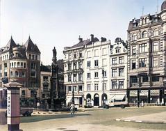 Historische Ansicht vom Alten Fischmarkt in der Hamburger Altstadt; Brunnen mit der Statue von Karl dem Großen; Entwurf Engelbert Peiffer - Fischmarktapotheke.