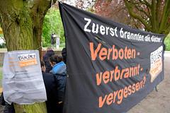 Veranstaltung am Mahnmal Bücherverbrennung in Hamburg Eimsbüttel, Kaiser-Friedrich-Ufer. 2017.