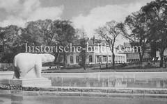 Alte Bilder aus Planten un Blomen in Hamburg; Skulptur Eisbär, Tuffstein 1935 - Künstler Hans Martin Ruhwoldt; die Skulptur steht heute im Winterhuder Stadtpark.