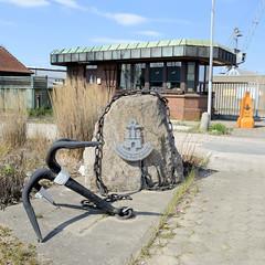 Bilder aus dem Kleinen Grasbrook, Stadtteil in Hamburg; Findling mit Hamburg Emblem Port Authority mit Anker - im Hintergrund ein Pförtnerhaus im Baustil der 1970er Jahre.