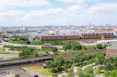 Bahngleise und S-Bahnhaltestelle in Hamburg Veddel; Blick über den Saalehafen zum Hansahafen