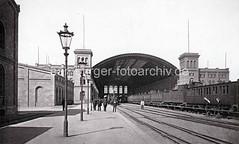 Alte Fotografie vom Venloer Bahnhof in Hamburg. Blick auf die Bahnhofshalle und die Bahnsteige.