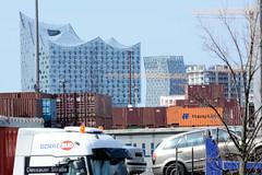 Bilder aus dem Kleinen Grasbrook, Stadtteil in Hamburg. Blick über Containerlager zur modernen Architektur der Hamburger Hafencity.