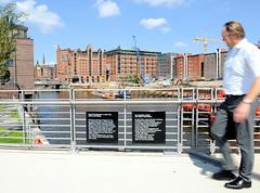 Baakenbrücke über den Magdeburger Hafen; Gedenktafel an 910 Sinti und Roma,