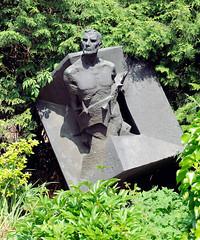 Die Bronzeplastik des Künstlers Anatoli Mossitschuk erinnert an die ermordeten sowjetischen Häftlinge in der Schule Bullenhuser Damm