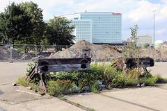 Alte Eisenbahn-Prellböcke am Lohseplatz in der Hamburger Hafencity. - im Hintergrund Schutthügel und das Spiegelgebäude an der Ericusspitze.