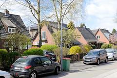 Fotos aus dem Hamburger Stadtteil Groß Borstel, Bezirk Hamburg Nord; Einzelhäuser mit Giebeldach Am Licentiatenberg.