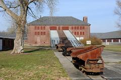 Loren der Lorenbahn - Gebäude mit Rampe des Klinkerwerks - KZ Gedenkstätte Neuengamme
