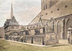 Lübsche Buden / Krambuden am Jacobi-Kirchhof bei der Steinstraße; re. das Kirchenschiff der Jakobikirche - im Hintergrund der Turm der Petrikirche.