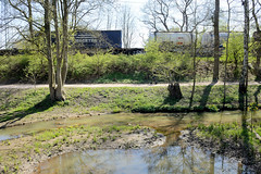 Fotos aus dem Hamburger Stadtteil Niendorf, Bezirk Eimsbüttel. Der Lauf der Kollau wurde renaturiert - im Hintergrund ein Güterzug.