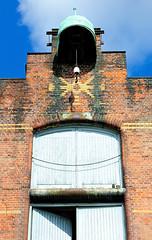 Winde auf dem Dach des Speicher G mit Kupferdach. Fassadenschmuck mit farbigen Ziegeln gemauert
