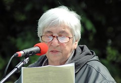 Die Antifaschistin Ester Bejarano auf dem Platz der Bücherverbrennung in Hamburg. (2006)