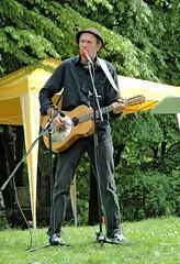 Der Hamburger Blues Musiker Abi Wallenstein spielt auf dem Platz der Bücherverbrennung. (2006)