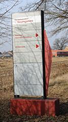 Hinweisschilder zur Gedenkstätte Neuengamme - Mahnmal, Haus des Gedenkens - Klinkerwerk