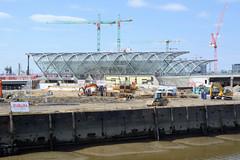 Bilder aus dem Hamburger Stadtteil Hafencity. Blick über den Oberhafenkanal und der Baustelle des Elbtowers zur S-Bahnhaltestelle Elbbrücken.