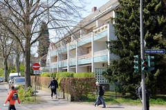 Fotos aus dem Hamburger Stadtteil Niendorf, Bezirk Eimsbüttel; mehrstöckiges Wohnhaus im Baustil der 1960er Jahre mit farblich abgesetzen Balkons im Bindfeldweg.