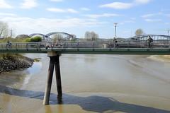 Fotos aus dem Hamburger Stadtteil Rothenburgsort. Fussgängerbrücke / Fahrradbrücke über den Haken bei Niedrigwasser - im Hintergrund die Elbbrücken.