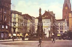 Brunnen mit der Statue von Karl dem Großen auf dem Alten Fischmarkt in der Hamburger Altstadt - re. die Petrikirche.