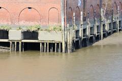 Lagerhaus G am Dessauer Ufer, Hamburg Kleiner Grasbrook; die Gebäude sind auf Holzpfählen errichtet, die bei Niedrigwasser trockenfallen.