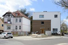 Fotos aus dem Hamburger Stadtteil Groß Borstel, Bezirk Hamburg Nord; Neubau und Altbau - Brückenwiesenstraße.