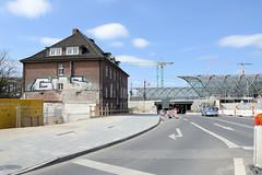 Bilder aus dem Hamburger Stadtteil Hafencity. Blick in die Zweibrückenstraße - lks. das ehem. Zollamt, im Hintergrund die S-Bahn Haltestelle Elbbrücken.
