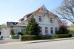 Fotos aus dem Hamburger Stadtteil Niendorf, Bezirk Eimsbüttel; Bürgerhaus / Berenberg Gossler Haus im Kirchenweg. Das Gebäude ist eine ehem. Warteschule / Kinderkrippe, errichtet 1913.