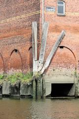 Streichdalben an der Ecke zum Lagerhaus D im Moldauhafen im Hamburger Stadtteil Kleiner Grasbrook