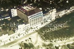 Alte Luftaufnahme vom Wandsbeker Markt - in der Bildmitte das Karstadtgebäude; unter den Bäumen des Marktplatzes sind Verkaufsstände aufgestellt.