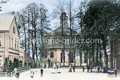Historische Ansicht der Kirche am Niendorfer Marktplatz - im Vordergrund Schulgebäude.