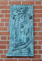 Gedenktafel für die Kinder vom Bullenhuser Damm an der Fassade der Christophoruskirche.