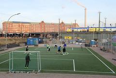 Sportplatz,  Fussballplatz in der Hamburger Hafencity beim Lohsepark  - im Hintergrund die Oberhafenbrücke.