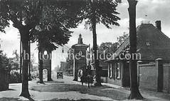 Historische Ansicht von Ludwigslust, Mecklenburg-Vorpommern; Blick zum Hamburger Tor, re. das Wachhaus.